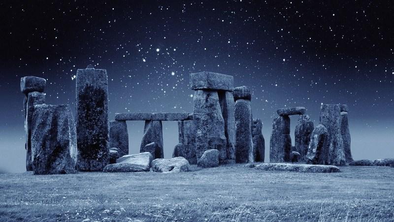 c-stonehengenightsnow